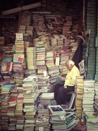 miłośnik książek ze swoją kolekcją